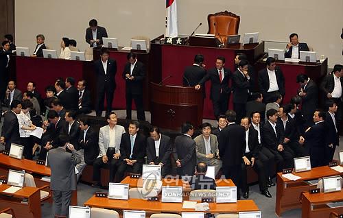의장석 보호조치하는 한나라당 의원들